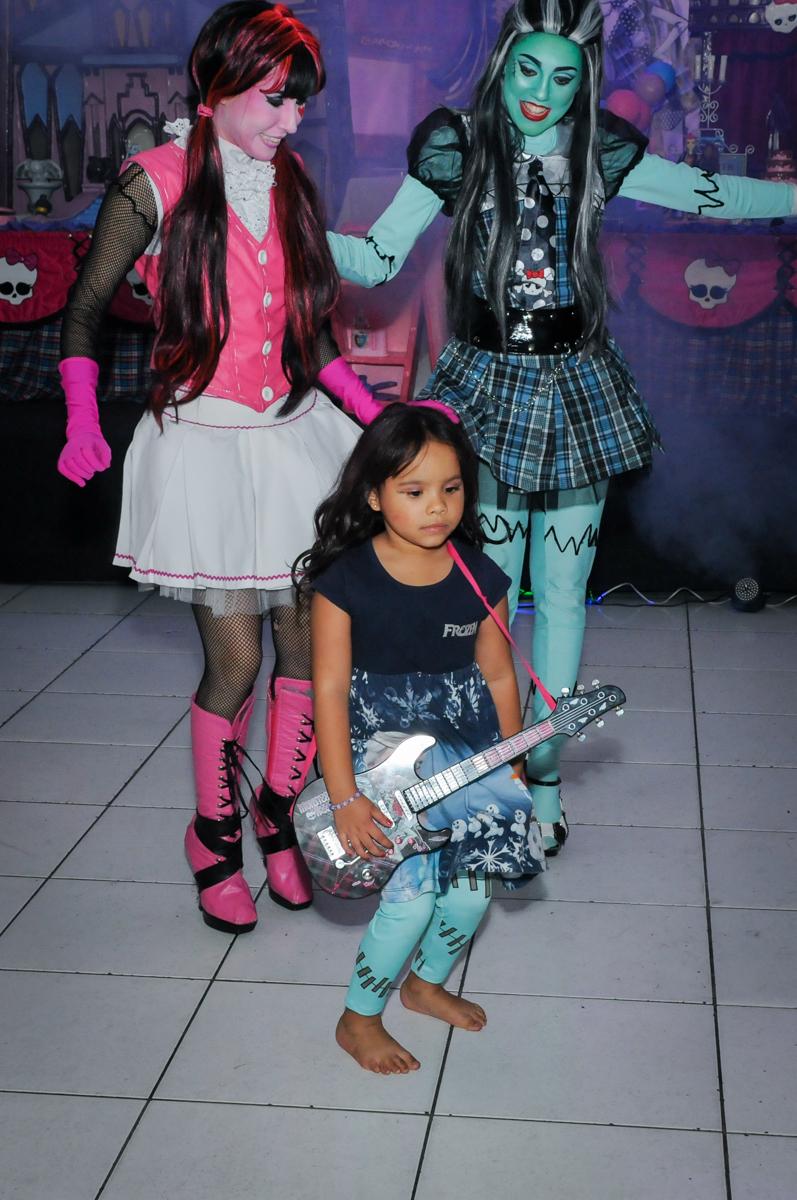 aniversariante participa tocando no show das monster higt na Festa Raquel 5 anos no Buffet Balakatoon, Jabaquara, SP, tema da festa Monster High