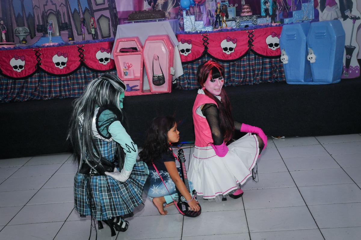 o show das monster higt continua na Festa Raquel 5 anos no Buffet Balakatoon, Jabaquara, SP, tema da festa Monster High