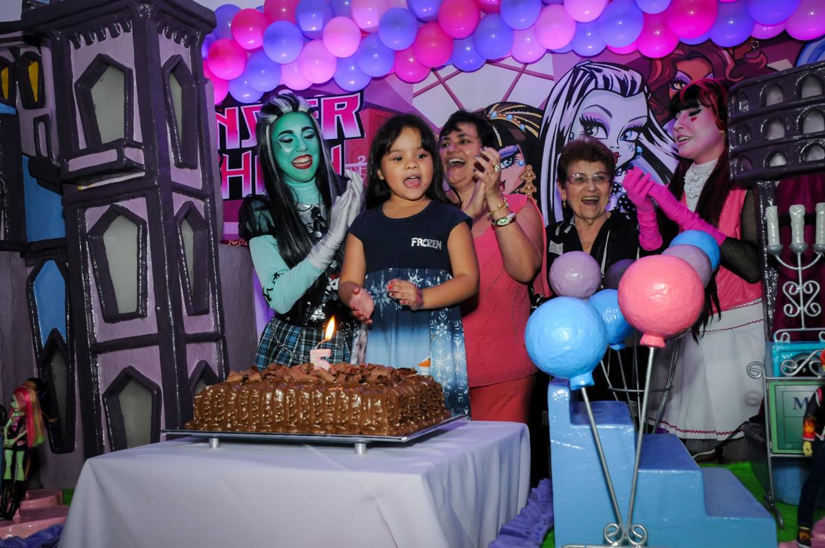 parabéns animado na Festa Raquel 5 anos no Buffet Balakatoon, Jabaquara, SP, tema da festa Monster High