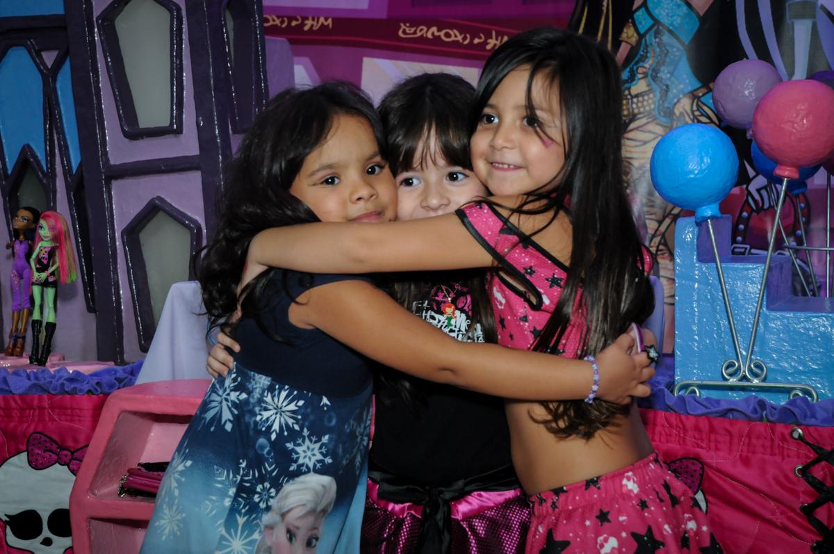 final de festa com abraço gostoso na Festa Raquel 5 anos no Buffet Balakatoon, Jabaquara, SP, tema da festa Monster High