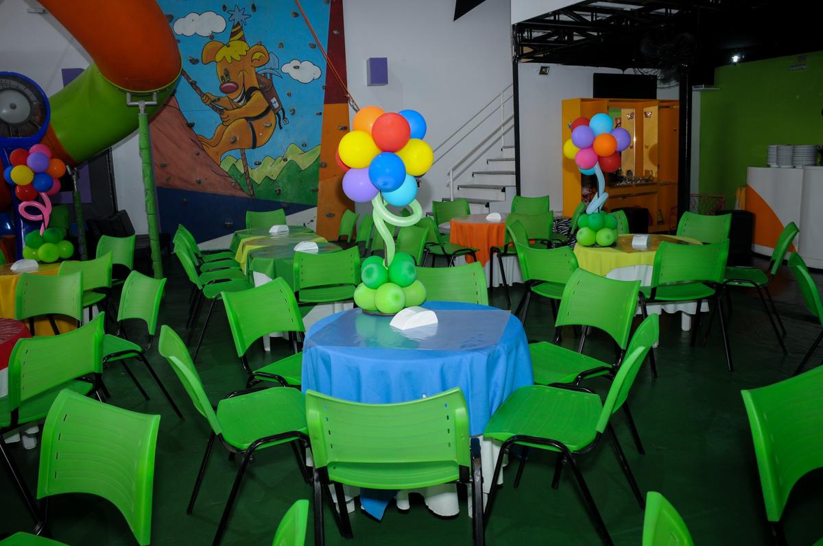 mesa decorada com bexigas na Festa Raquel 5 anos no Buffet Balakatoon, Jabaquara, SP, tema da festa Monster High