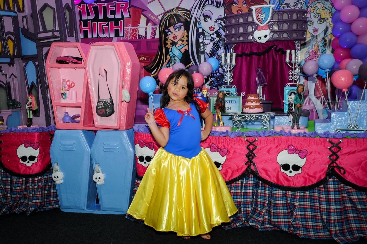 entrada da aniversariante na Festa Raquel 5 anos no Buffet Balakatoon, Jabaquara, SP, tema da festa Monster High