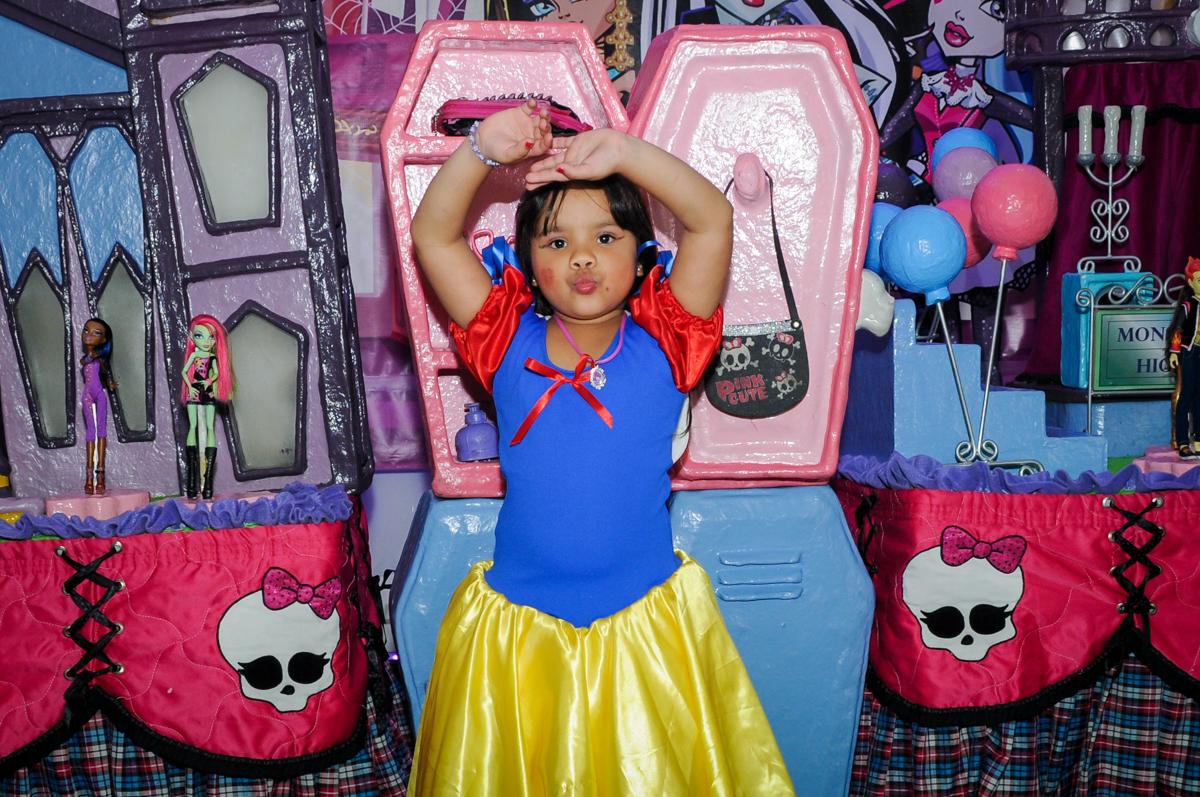 pose para a foto na Festa Raquel 5 anos no Buffet Balakatoon, Jabaquara, SP, tema da festa Monster High