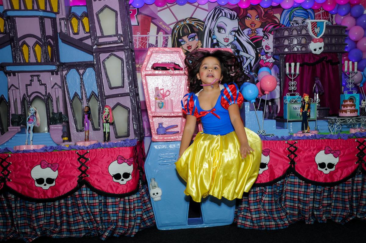 fotografia pulando na Festa Raquel 5 anos no Buffet Balakatoon, Jabaquara, SP, tema da festa Monster High