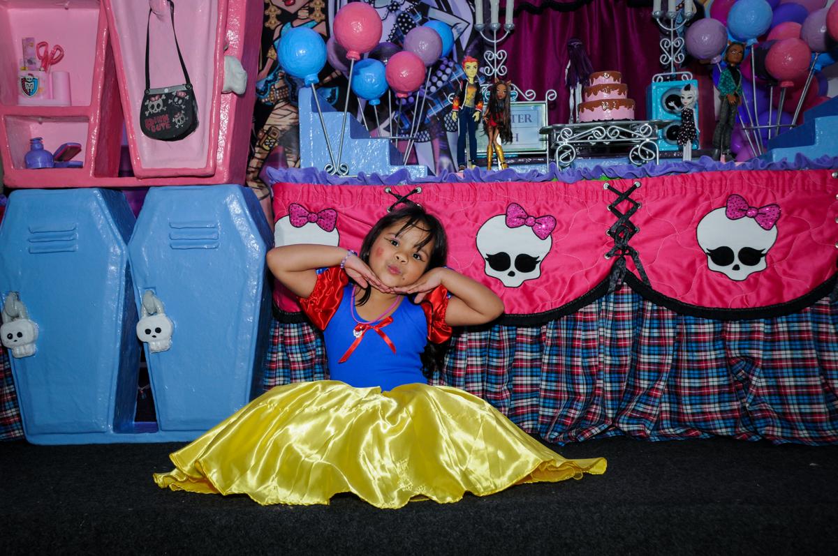 fotografia em frente a mesa decorada na Festa Raquel 5 anos no Buffet Balakatoon, Jabaquara, SP, tema da festa Monster High