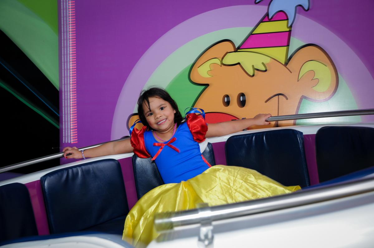 brincando no labamba na Festa Raquel 5 anos no Buffet Balakatoon, Jabaquara, SP, tema da festa Monster High