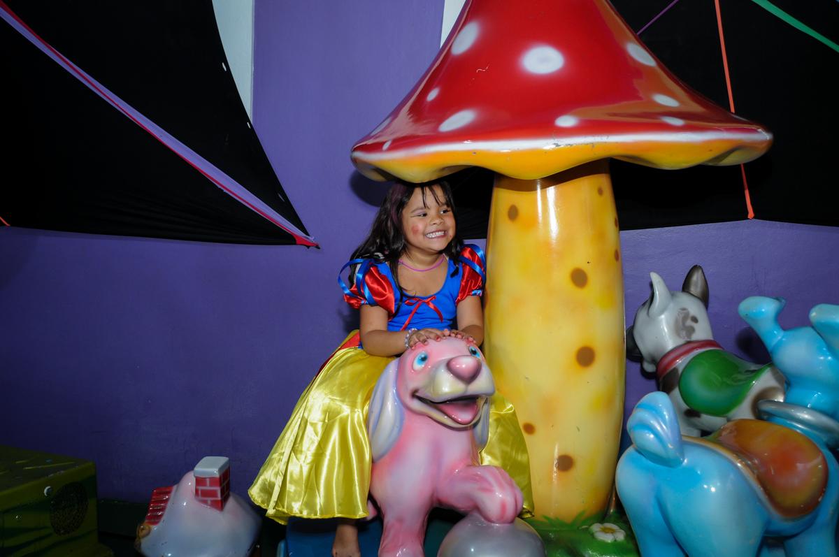 brincadeira animada no carrossel na Festa Raquel 5 anos no Buffet Balakatoon, Jabaquara, SP, tema da festa Monster High
