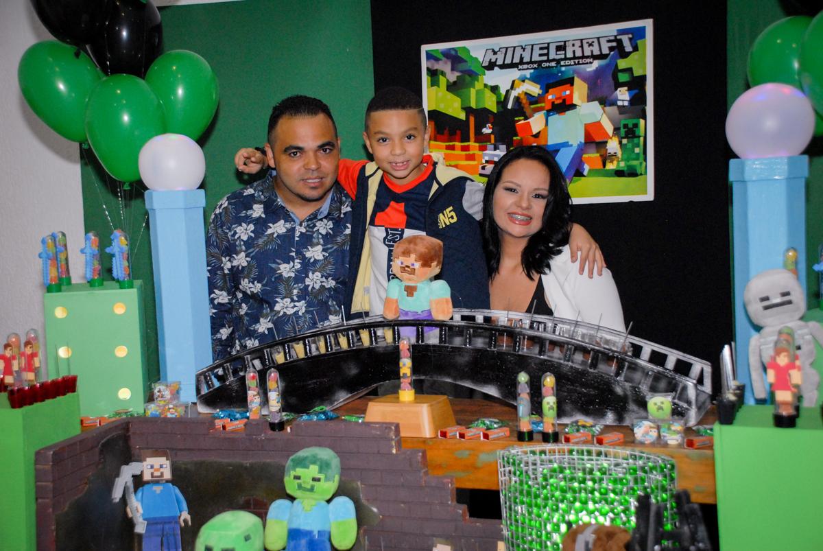 fotografia da família na Aniversário infantil, festa de Guilherme 7 anos tema da mesa minicraft, no Buffet Fábrica da Alegria, Morumbi,SP