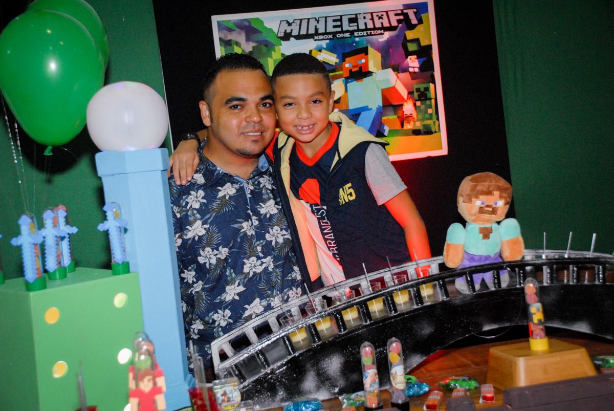 fotografia pai e filho na Aniversário infantil, festa de Guilherme 7 anos tema da mesa minicraft, no Buffet Fábrica da Alegria, Morumbi,SP