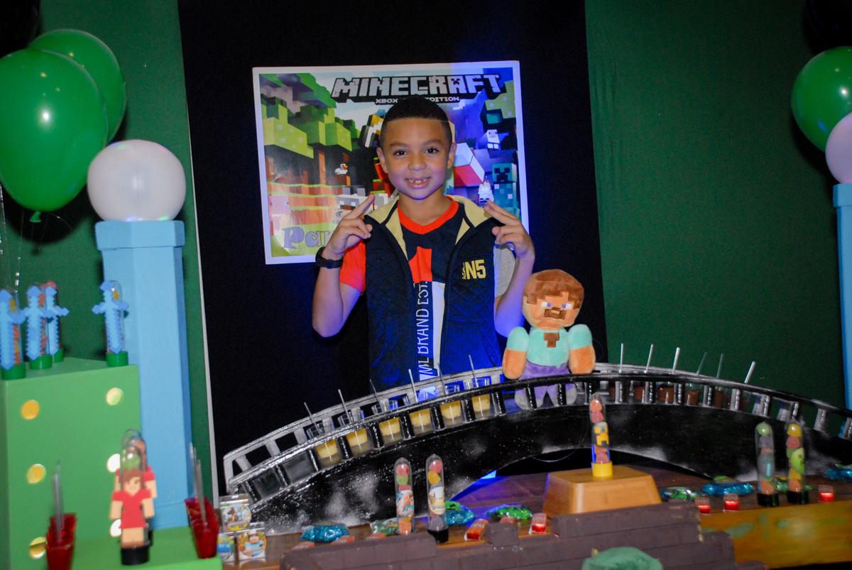 fotografia do aniversariante na Aniversário infantil, festa de Guilherme 7 anos tema da mesa minicraft, no Buffet Fábrica da Alegria, Morumbi,SP