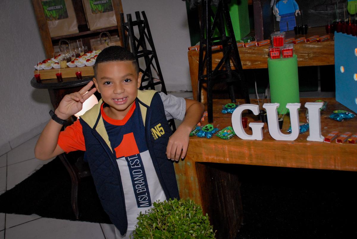 pose para foto na Aniversário infantil, festa de Guilherme 7 anos tema da mesa minicraft, no Buffet Fábrica da Alegria, Morumbi,SP
