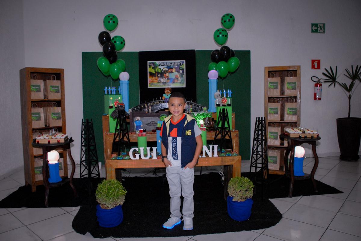 posando para a foto na Aniversário infantil, festa de Guilherme 7 anos tema da mesa minicraft, no Buffet Fábrica da Alegria, Morumbi,SP