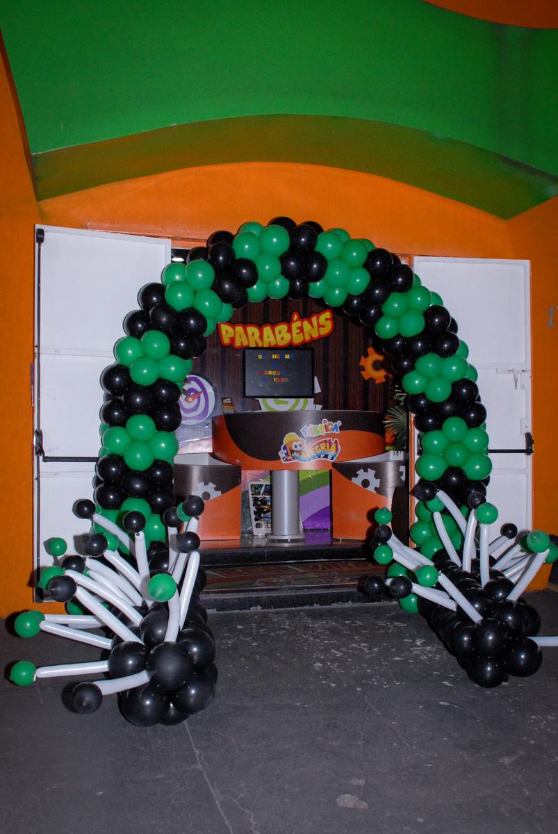 arco de bexigas no Aniversário infantil, festa de Guilherme 7 anos tema da mesa minicraft, no Buffet Fábrica da Alegria, Morumbi,SP
