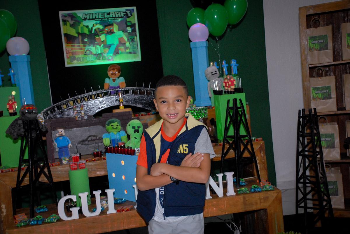 muita alegria na hora das fotos na Aniversário infantil, festa de Guilherme 7 anos tema da mesa minicraft, no Buffet Fábrica da Alegria, Morumbi,SP