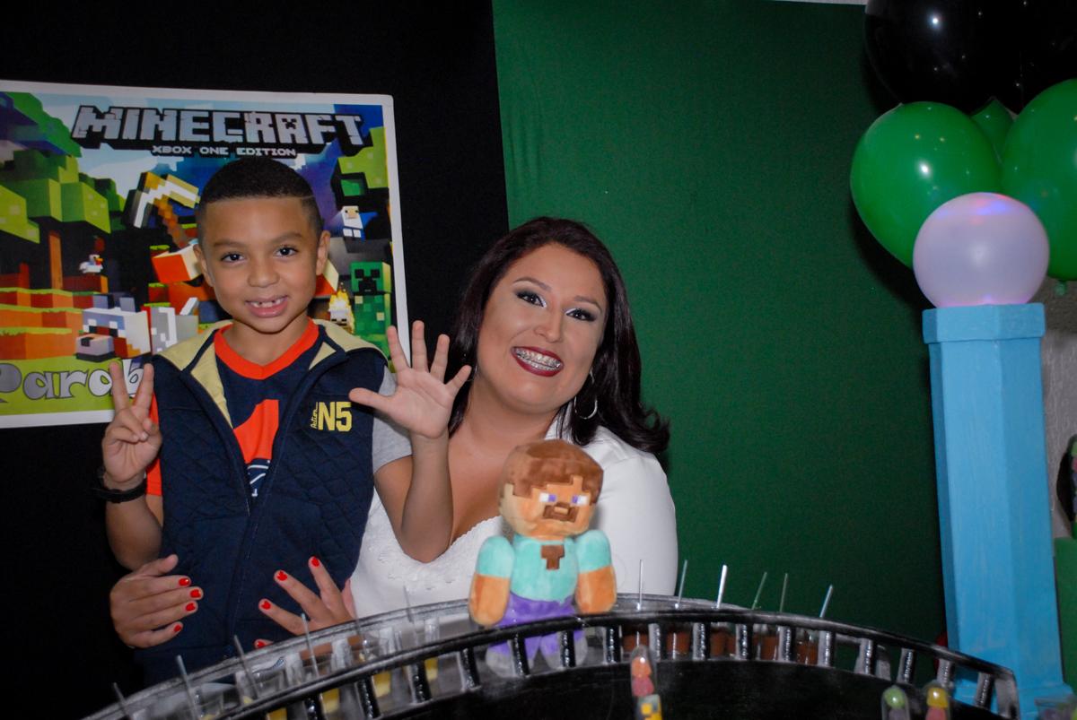 mais foto com a tia na Aniversário infantil, festa de Guilherme 7 anos tema da mesa minicraft, no Buffet Fábrica da Alegria, Morumbi,SP