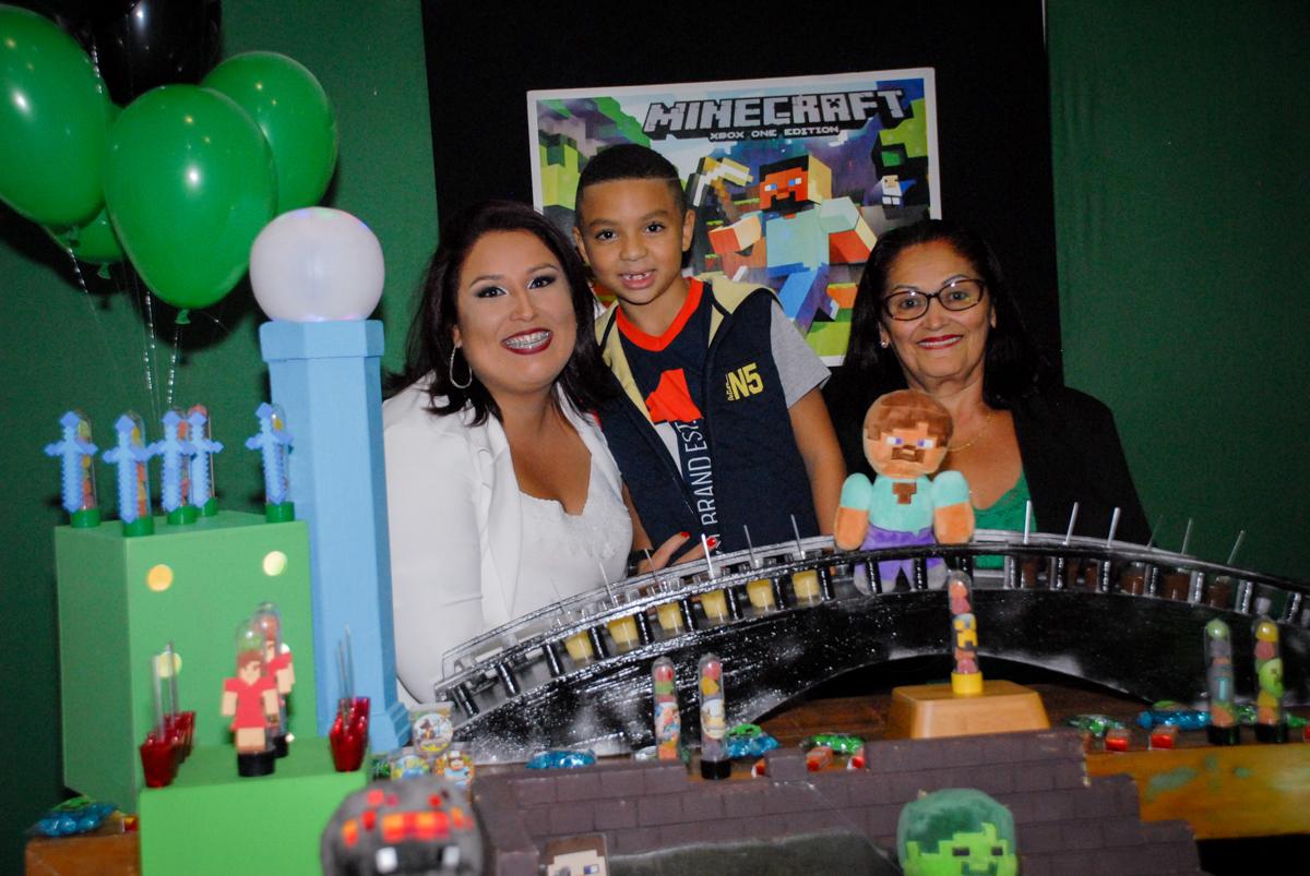 fotografia com a vovó na Aniversário infantil, festa de Guilherme 7 anos tema da mesa minicraft, no Buffet Fábrica da Alegria, Morumbi,SP