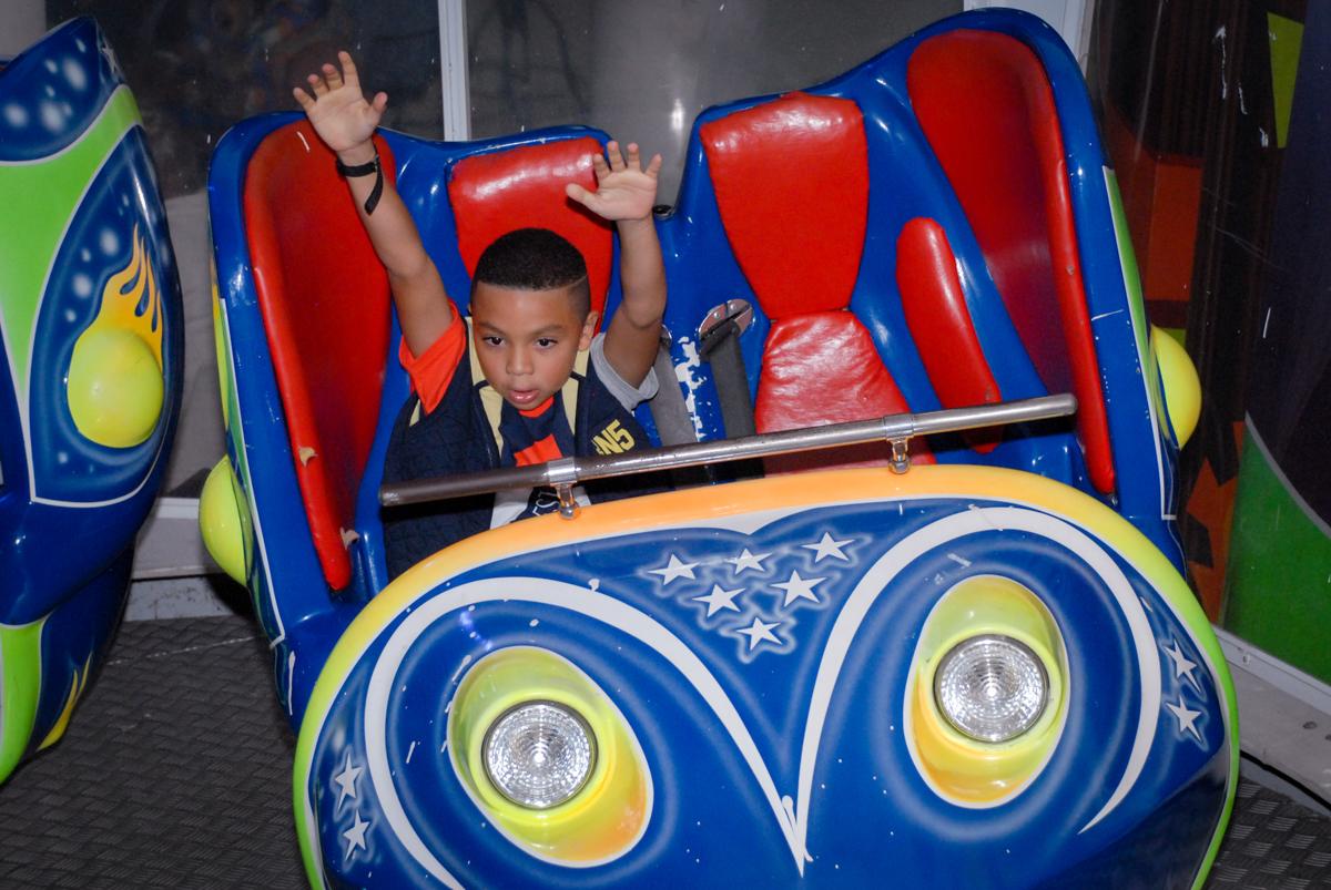 O aniversariante brinca no brinquedo jornadas nas estrelas no Aniversário infantil, festa de Guilherme 7 anos tema da mesa minicraft, no Buffet Fábrica da Alegria, Morumbi,SP