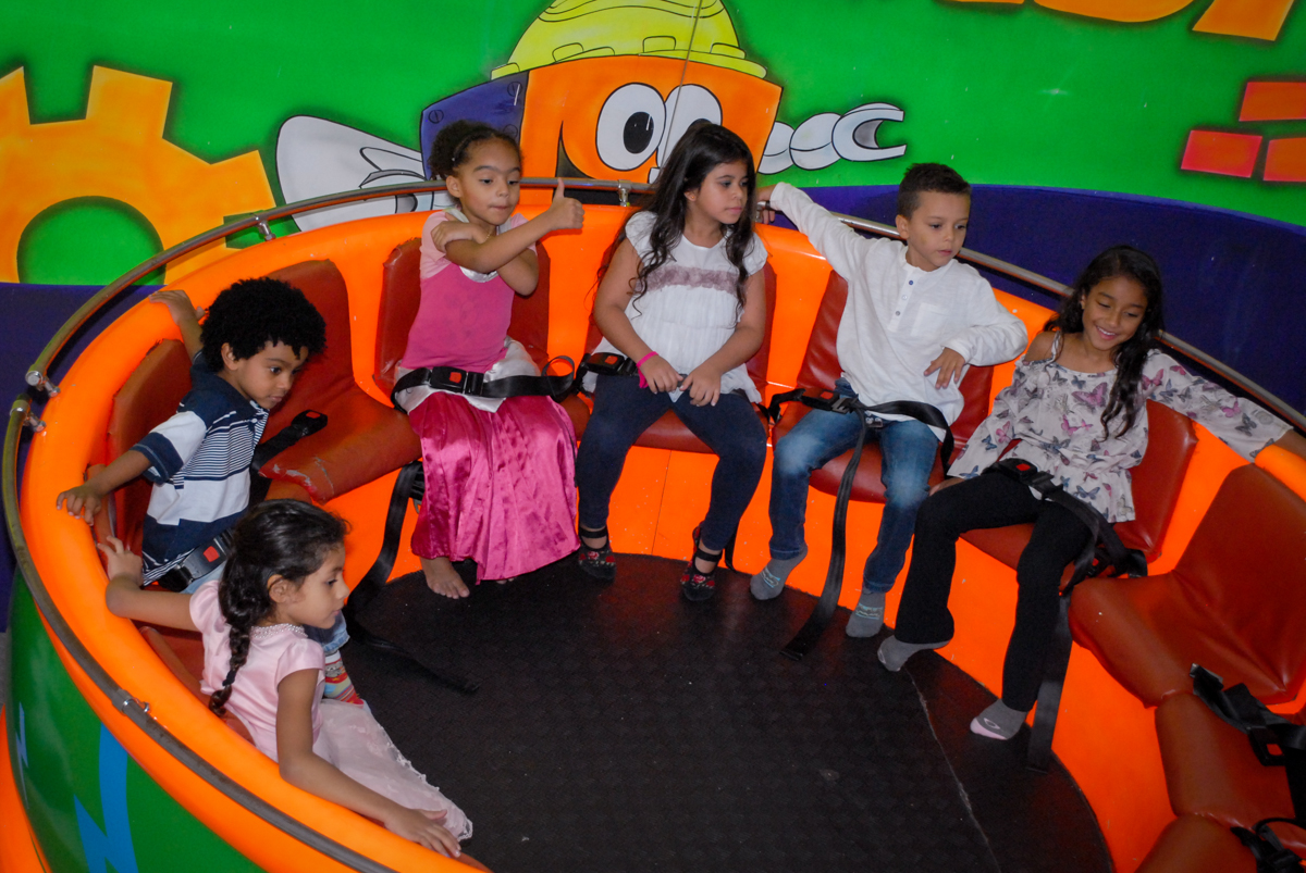 A turma brinca no labamba no Aniversário infantil, festa de Guilherme 7 anos tema da mesa minicraft, no Buffet Fábrica da Alegria, Morumbi,SP