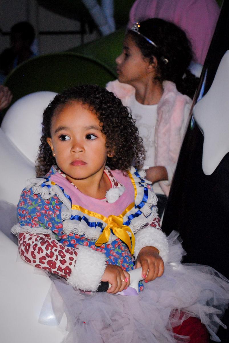 brincando no carrossel na Aniversário infantil, festa de Guilherme 7 anos tema da mesa minicraft, no Buffet Fábrica da Alegria, Morumbi,SP