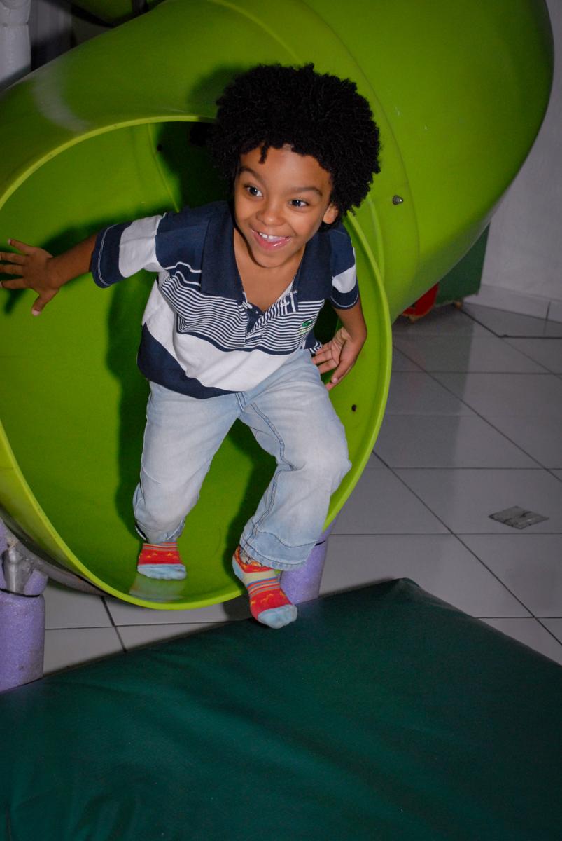 descida no escorregador na Aniversário infantil, festa de Guilherme 7 anos tema da mesa minicraft, no Buffet Fábrica da Alegria, Morumbi,SP