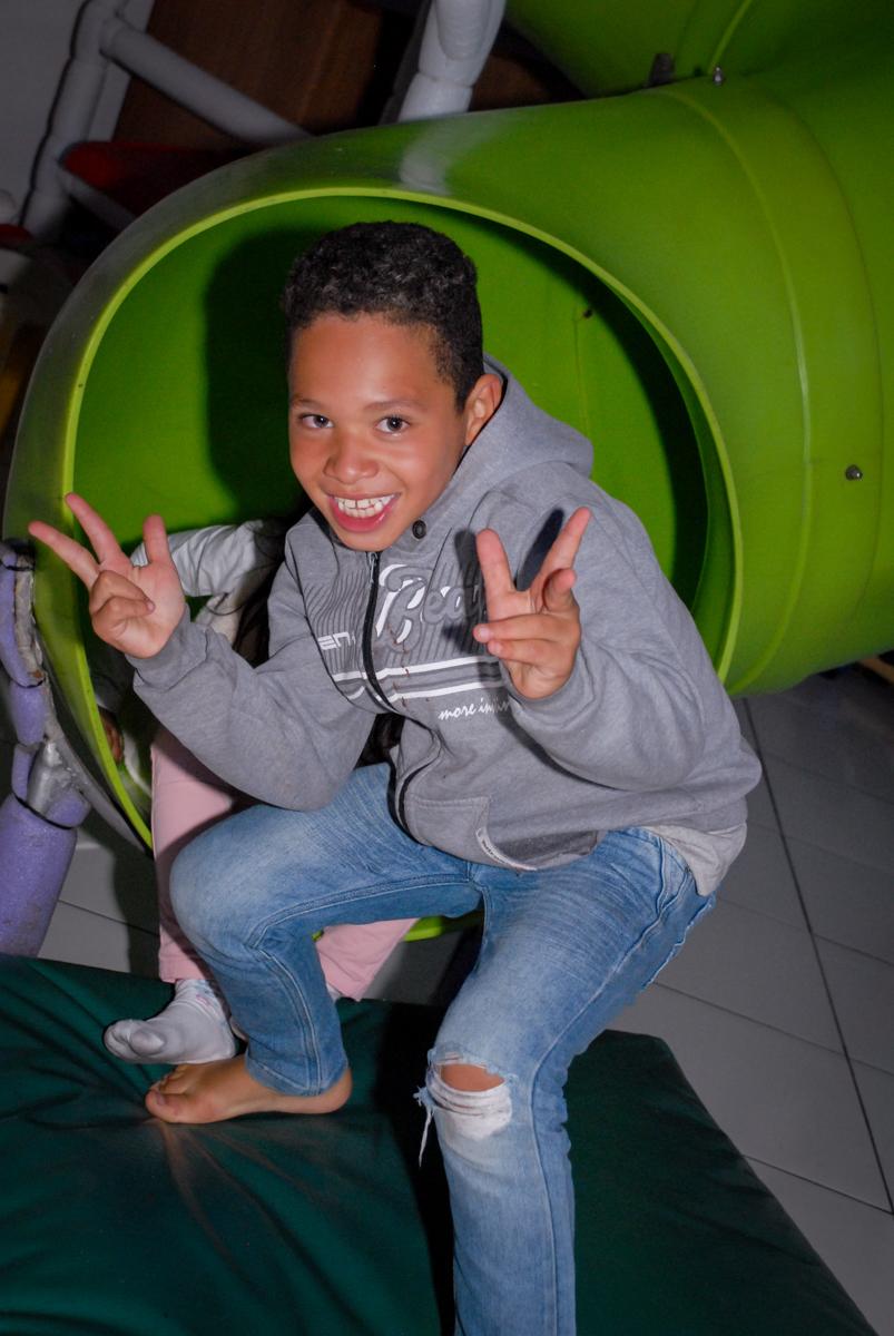 bagunça no escorregador na Aniversário infantil, festa de Guilherme 7 anos tema da mesa minicraft, no Buffet Fábrica da Alegria, Morumbi,SP