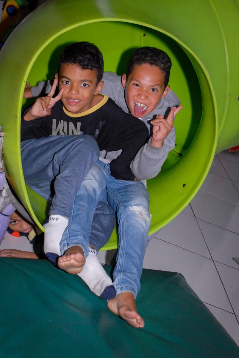 descida em turma no escorregador na Aniversário infantil, festa de Guilherme 7 anos tema da mesa minicraft, no Buffet Fábrica da Alegria, Morumbi,SP