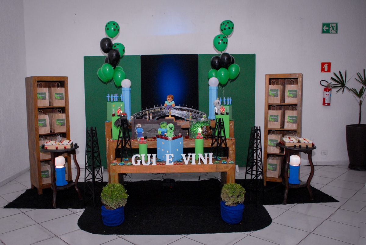 mesa decorada na Aniversário infantil, festa de Guilherme 7 anos tema da mesa minicraft, no Buffet Fábrica da Alegria, Morumbi,SP