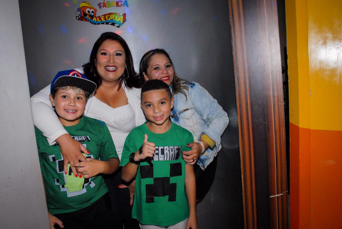 fotografia na máquina do parabéns na Aniversário infantil, festa de Guilherme 7 anos tema da mesa minicraft, no Buffet Fábrica da Alegria, Morumbi,SP