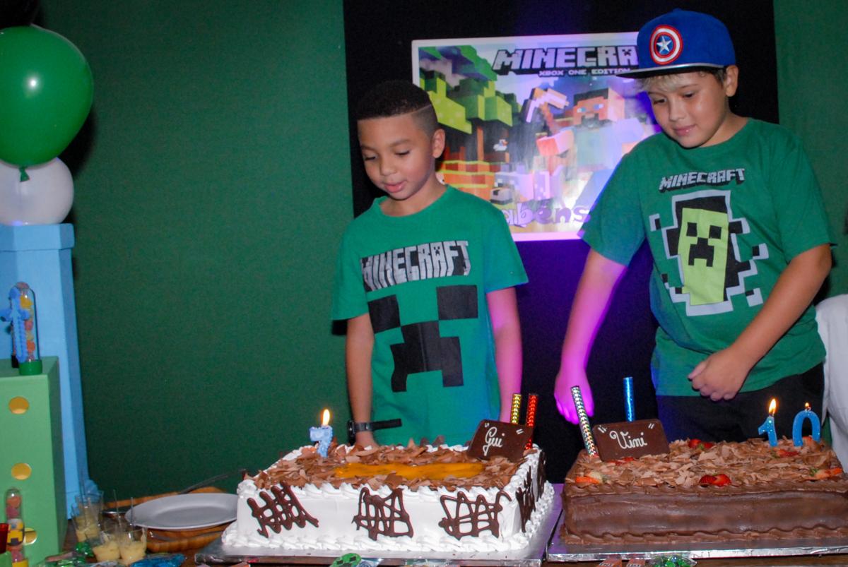 todos cantam parabéns na Aniversário infantil, festa de Guilherme 7 anos tema da mesa minicraft, no Buffet Fábrica da Alegria, Morumbi,SP