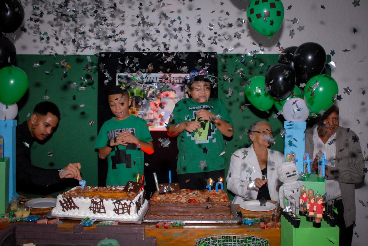 chuva de palpel picado na Aniversário infantil, festa de Guilherme 7 anos tema da mesa minicraft, no Buffet Fábrica da Alegria, Morumbi,SP