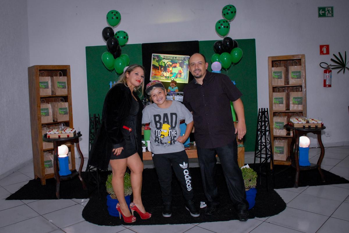 foto da família na mesa decorada na Festa infantil, festa de Vinícius 10 anos tema da mesa minicraft, no Buffet Fábrica da Alegria, Morumbi,SP