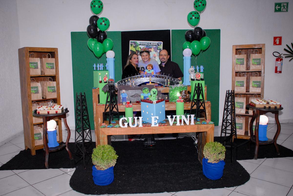 família posa para a foto na Festa infantil, festa de Vinícius 10 anos tema da mesa minicraft, no Buffet Fábrica da Alegria, Morumbi,SP