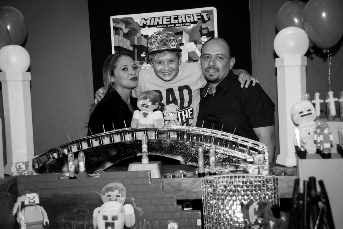 abraço da família na Festa infantil, festa de Vinícius 10 anos tema da mesa minicraft, no Buffet Fábrica da Alegria, Morumbi,SP