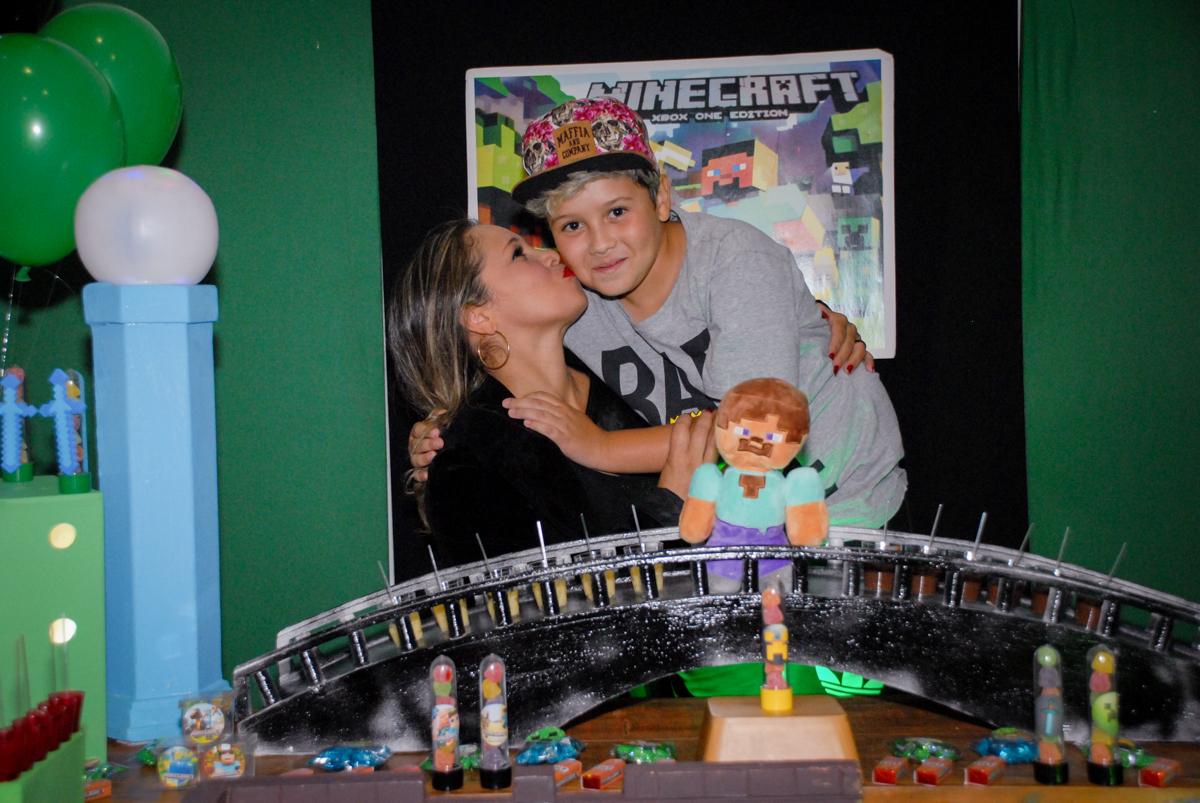 foto mãe e filho na Festa infantil, festa de Vinícius 10 anos tema da mesa minicraft, no Buffet Fábrica da Alegria, Morumbi,SP