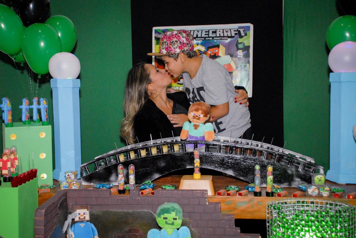 beijinho da mamãe na Festa infantil, festa de Vinícius 10 anos tema da mesa minicraft, no Buffet Fábrica da Alegria, Morumbi,SP