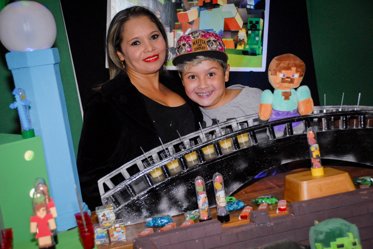 mãe e filho posam para a foto na Festa infantil, festa de Vinícius 10 anos tema da mesa minicraft, no Buffet Fábrica da Alegria, Morumbi,SP