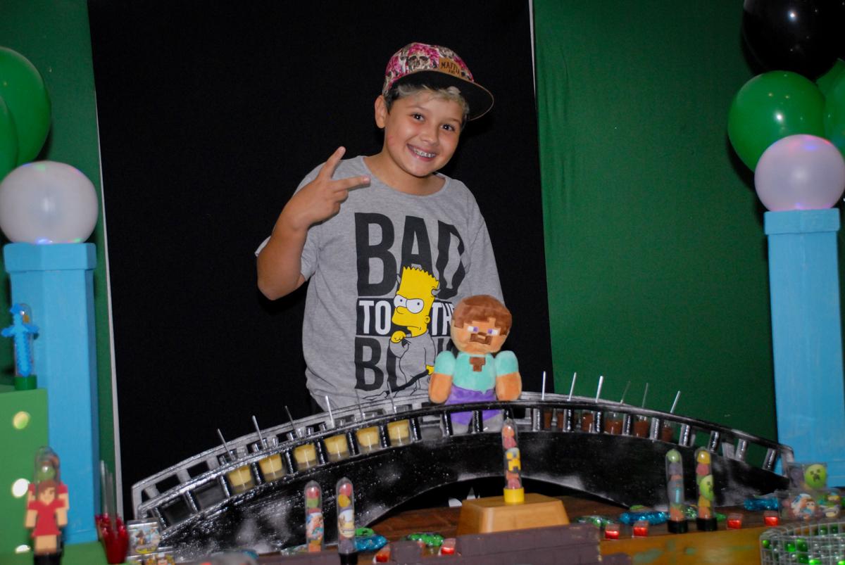 aniversariante posa para a foto na Festa infantil, festa de Vinícius 10 anos tema da mesa minicraft, no Buffet Fábrica da Alegria, Morumbi,SP