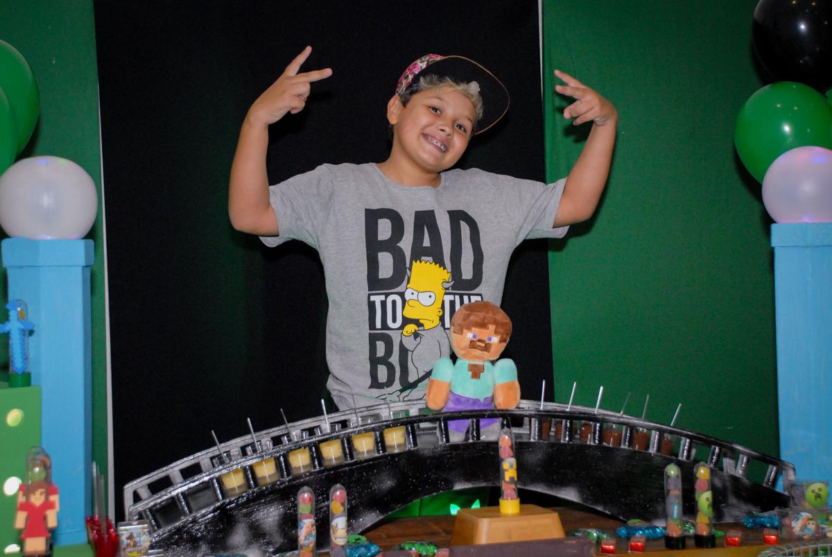 alegria na hora da foto na Festa infantil, festa de Vinícius 10 anos tema da mesa minicraft, no Buffet Fábrica da Alegria, Morumbi,SP