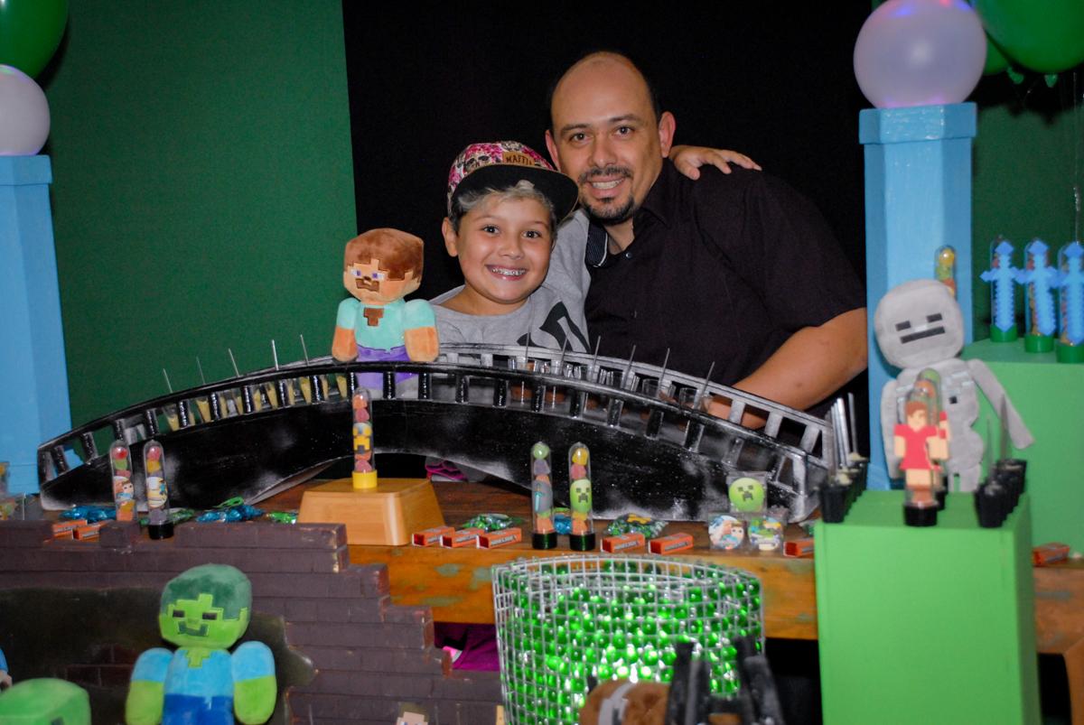 foto pai e filho na Festa infantil, festa de Vinícius 10 anos tema da mesa minicraft, no Buffet Fábrica da Alegria, Morumbi,SP