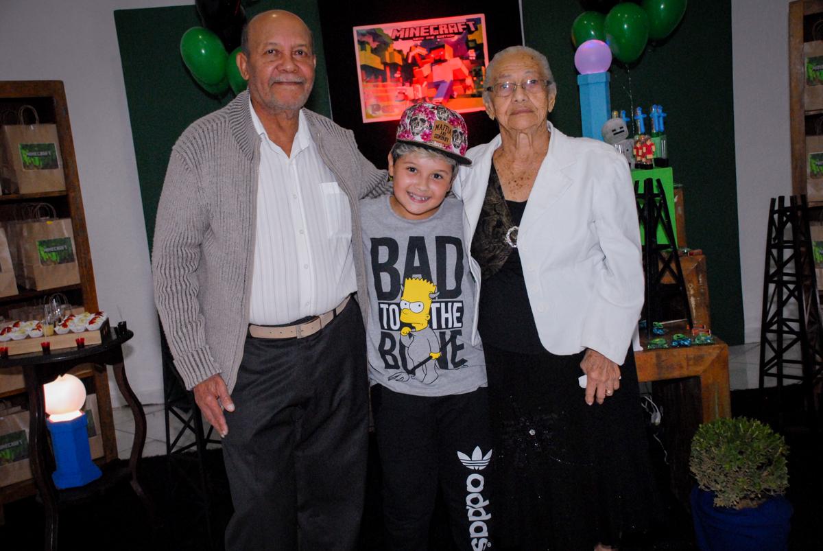 fotografia com os avós na Festa infantil, festa de Vinícius 10 anos tema da mesa minicraft, no Buffet Fábrica da Alegria, Morumbi,SP