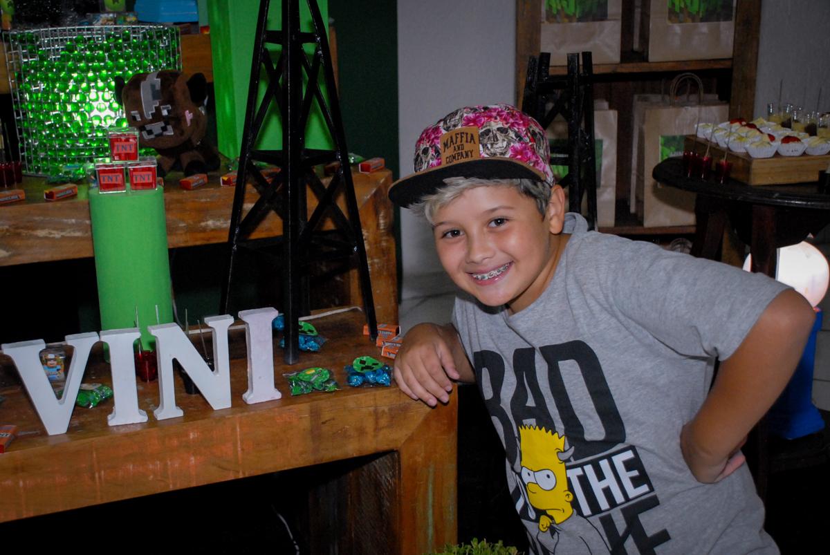 sorrisos na hora da foto na Festa infantil, festa de Vinícius 10 anos tema da mesa minicraft, no Buffet Fábrica da Alegria, Morumbi,SP