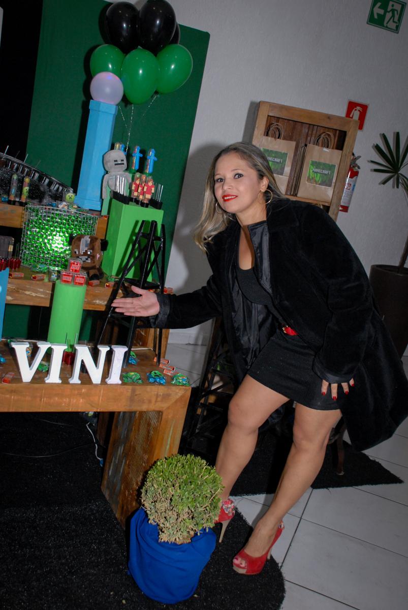 mamãe faz pose na hora da foto na Festa infantil, festa de Vinícius 10 anos tema da mesa minicraft, no Buffet Fábrica da Alegria, Morumbi,SP