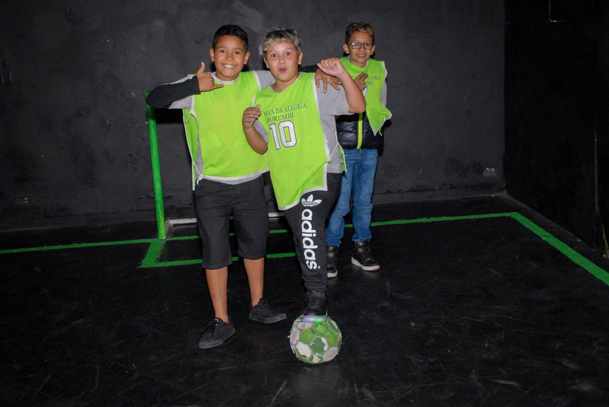 jogo de futebol no escuro na Festa infantil, festa de Vinícius 10 anos tema da mesa minicraft, no Buffet Fábrica da Alegria, Morumbi,SP