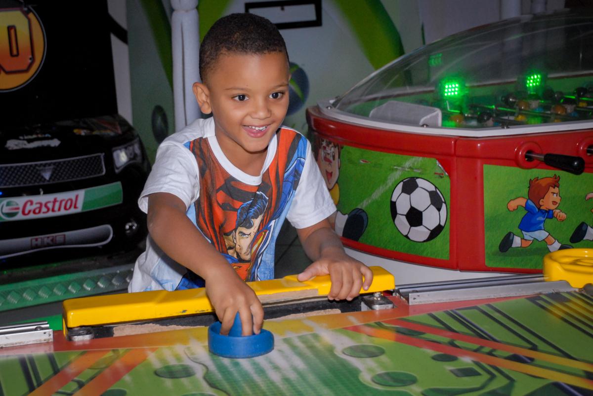 jogo de futebol na Festa infantil, festa de Vinícius 10 anos tema da mesa minicraft, no Buffet Fábrica da Alegria, Morumbi,SP
