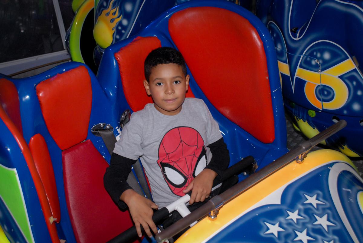 brincando no brinquedo jornadas na estrelas na Festa infantil, festa de Vinícius 10 anos tema da mesa minicraft, no Buffet Fábrica da Alegria, Morumbi,SP