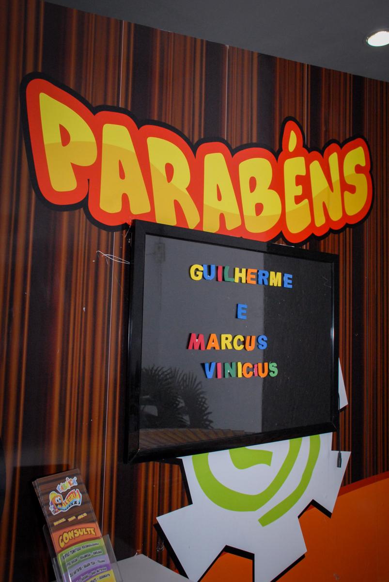 entrada do parabéns na Festa infantil, festa de Vinícius 10 anos tema da mesa minicraft, no Buffet Fábrica da Alegria, Morumbi,SP
