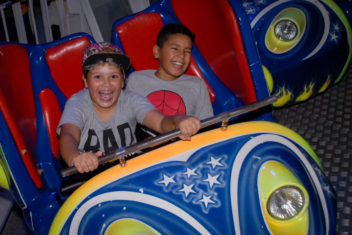 bagunça no brinquedo jornadas nas estrelas na Festa infantil, festa de Vinícius 10 anos tema da mesa minicraft, no Buffet Fábrica da Alegria, Morumbi,SP