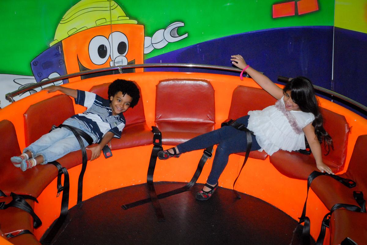bagunça no labamba na Festa infantil, festa de Vinícius 10 anos tema da mesa minicraft, no Buffet Fábrica da Alegria, Morumbi,SP