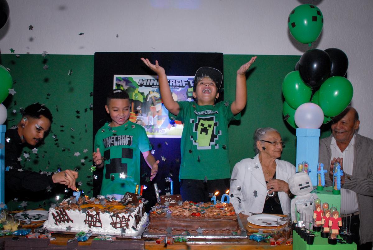 todos cantam parabéns na Festa infantil, festa de Vinícius 10 anos tema da mesa minicraft, no Buffet Fábrica da Alegria, Morumbi,SP