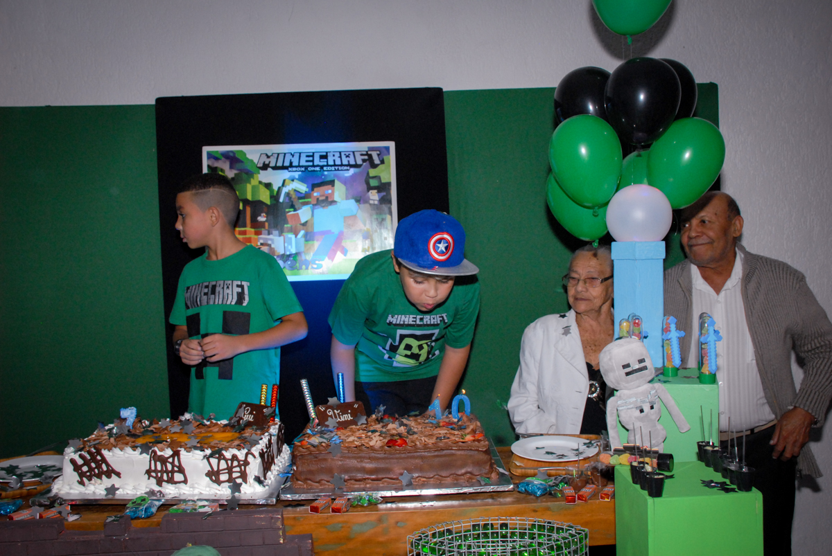 soprando a vela do bolo na Festa infantil, festa de Vinícius 10 anos tema da mesa minicraft, no Buffet Fábrica da Alegria, Morumbi,SP